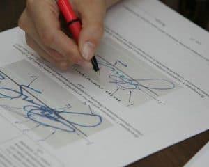 можно узнать из проведения почерковедческой экспертизы